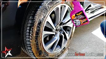 Nettoyez en profondeur le flanc des pneus avec Hot Rims de MEGUIAR'S